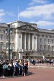 Muchedumbres en el Buckingham Palace foto de archivo libre de regalías