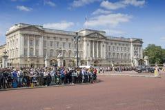 Muchedumbres en el Buckingham Palace fotografía de archivo libre de regalías