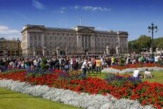 Muchedumbres en el Buckingham Palace fotografía de archivo