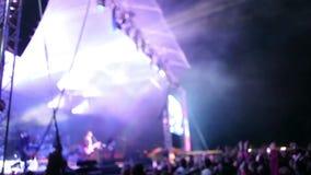 Muchedumbres en el festival de la roca del aire abierto almacen de video