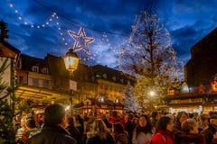 Muchedumbres en el mercado de la Navidad de Colmar Foto de archivo libre de regalías