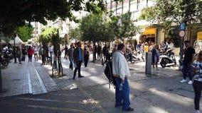 Muchedumbres en la alameda peatonal de la calle de Ermou, Atenas, Grecia metrajes