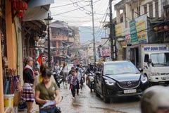 Muchedumbres en la calle del pueblo de Sapa Imagenes de archivo