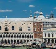Muchedumbres en la pasarela en el palacio del ` s del dux foto de archivo