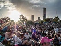 Muchedumbres en un concierto de la puesta del sol Foto de archivo