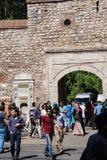Muchedumbres fuera del palacio de Topkapi Imágenes de archivo libres de regalías