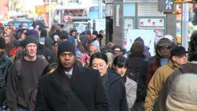 Muchedumbres que caminan en el ambiente urbano 2 de 8 almacen de video