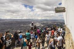 Muchedumbres que disfrutan de la visión desde un top de Monserrate Imagen de archivo