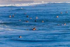 Muchedumbres que practican surf del verano Imagen de archivo libre de regalías