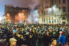 Muchedumbres que protestan en Bucarest Fotos de archivo libres de regalías