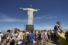 Muchedumbres turísticas que visitan a Corcovado Rio Brazil Foto de archivo