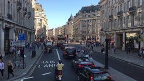 Muchedumbres y compradores en Oxford Street en Londres, Inglaterra almacen de metraje de vídeo
