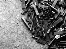 Mucho acero viejo en la tierra sucia en fotografía blanco y negro imágenes de archivo libres de regalías