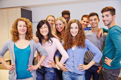 Mucho adolescente en una sala de clase de la escuela Foto de archivo libre de regalías