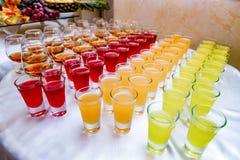 Mucho alcohol bebe en la tabla de comida fría, abasteciendo Fotografía de archivo
