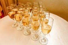 Mucho alcohol bebe en la tabla de comida fría, abasteciendo Fotos de archivo
