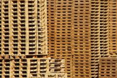 Mucho almacén de madera de la paleta en yarda de la fábrica foto de archivo