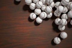 Mucho bolas del béisbol o del softball en fondo de madera 3D rindió la ilustración Foto de archivo