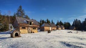 Mucho cabina en la montaña imágenes de archivo libres de regalías
