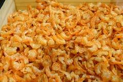 Mucho camarón secado anaranjado, gamba salada secada lista para cocinar imagen de archivo