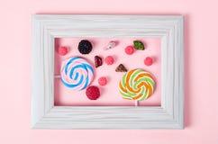 Mucho caramelo dulce en el marco blanco de la foto del vintage Imagen de archivo