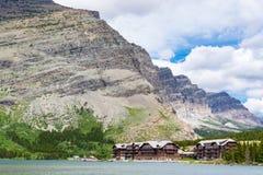 Mucho casa de campo del glaciar en Parque Nacional Glacier imágenes de archivo libres de regalías