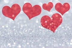 Mucho corazón rojo del brillo en el fondo de plata libre illustration