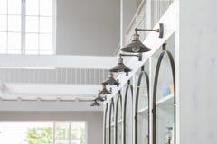 Mucho ejecución de la lámpara en la pared en cocina Imagen de archivo