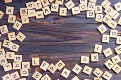 Mucho el cubo de la educación del ABC dispersó en la tabla de madera Fotografía de archivo libre de regalías