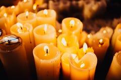 Mucho fondo de la luz de una vela Imágenes de archivo libres de regalías