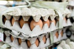 Mucho huevo en la pantalla para la venta en el mercado local de la comida fresca, isla tropical de Bali, Indonesia Fotos de archivo