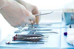 Mucho la clase de equipamiento médico maneja para que el cirujano comience operaciones en sala de operaciones Imagenes de archivo