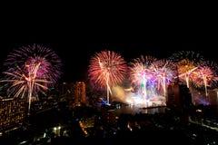 Mucho la explosión colorida de fuegos artificiales vuela el cielo nocturno imagen de archivo