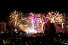 Mucho la explosión colorida de fuegos artificiales vuela el cielo nocturno fotografía de archivo