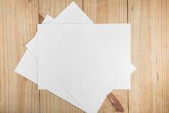 Mucho Libro Blanco en fondo de madera Imágenes de archivo libres de regalías