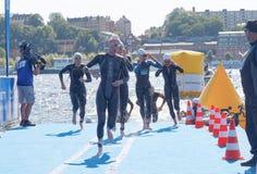 Mucho nadador de sexo femenino que sube para arriba del agua Foto de archivo libre de regalías