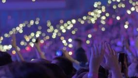 Mucho público dentro de una arena durante un concierto almacen de metraje de vídeo