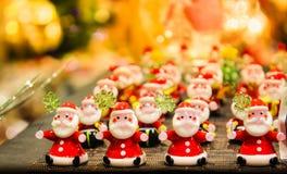 Mucho Papá Noel en día de fiesta Foto de archivo