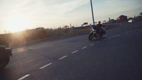 Mucho paseo del grupo de los motoristas del subcultivo en la pista en un día de verano soleado en las motocicletas de encargo, un almacen de video