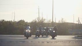 Mucho paseo del grupo de los motoristas del subcultivo en la pista en un día de verano soleado en las motocicletas de encargo, un metrajes