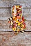 Mucho pastas italianas coloridas en el tarro de cristal fotografía de archivo