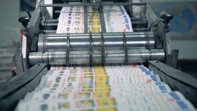 Mucho periódico que mueve encendido un transportador en una instalación de impresión almacen de metraje de vídeo