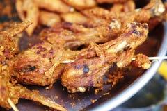 Mucho pollo frito en comida tailandesa Imagen de archivo libre de regalías