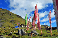 Mucho rezo del tibetano señala el vuelo por medio de una bandera con la mandala en la ladera Foto de archivo