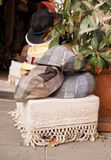 Mucho sombreros típicos del algodón y de paja como recuerdos imágenes de archivo libres de regalías