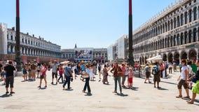 Mucho turista en la plaza San Marco en Venecia Foto de archivo libre de regalías
