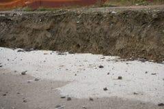 mucho y de la carretera de asfalto quebrada se derrumbó y caído, desde derrumbarse de tierra imagenes de archivo