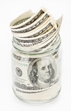 Muchos 100 billetes de banco de dólar americano en un tarro de cristal Imagenes de archivo