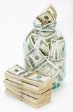 Muchos 100 billetes de banco de dólar americano en un tarro de cristal Fotos de archivo libres de regalías