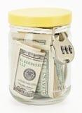 Muchos 100 billetes de banco de dólar americano en un tarro de cristal Imágenes de archivo libres de regalías